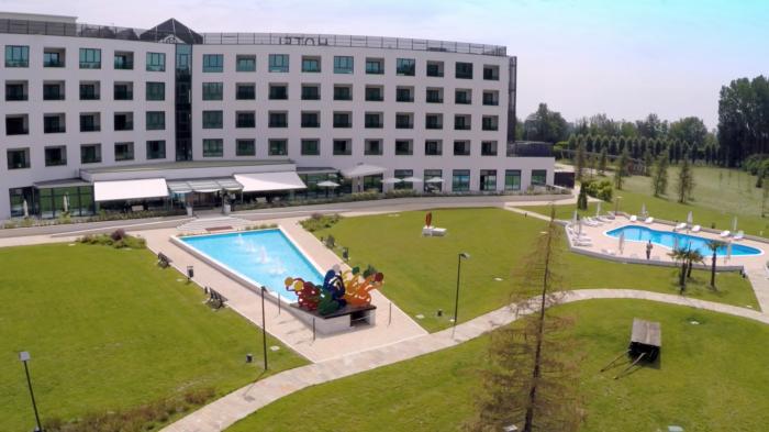 Parco con piscina e fontana