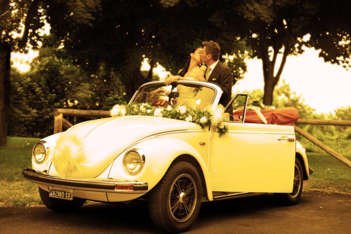 sposi in automobile