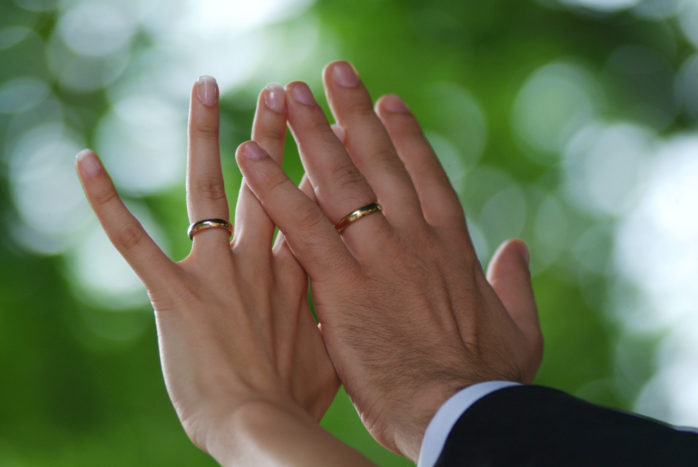 mani sposi al cielo