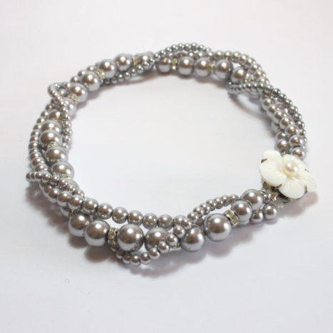 Girocollo con perle grigie
