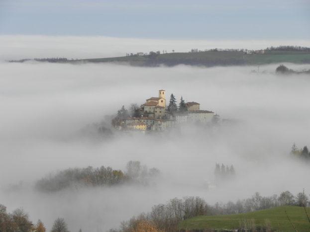 Montecorone nel mare di nebbia