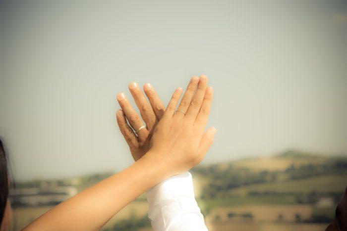 mani con fedi