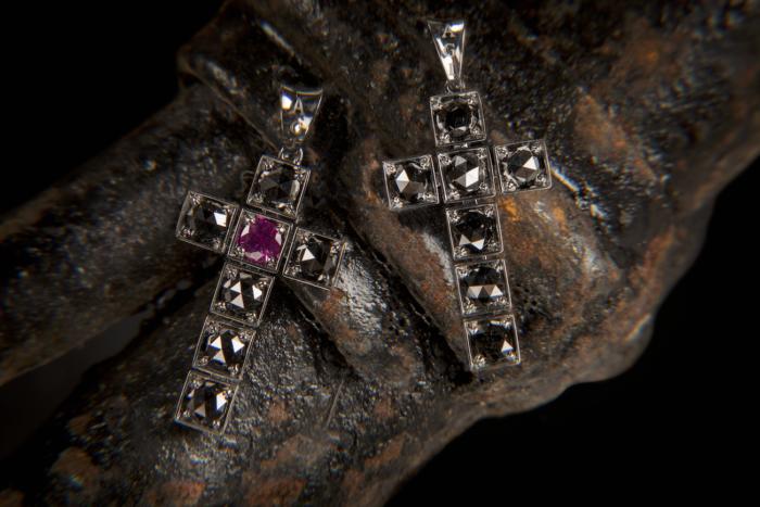 Croci diamanti neri