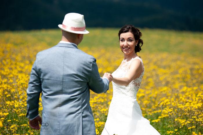 gli sposi tra fiori gialli