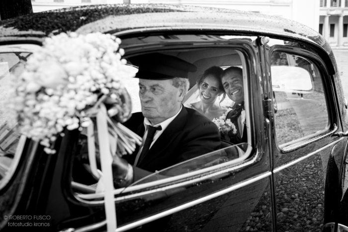 sposi nella macchina d'epoca