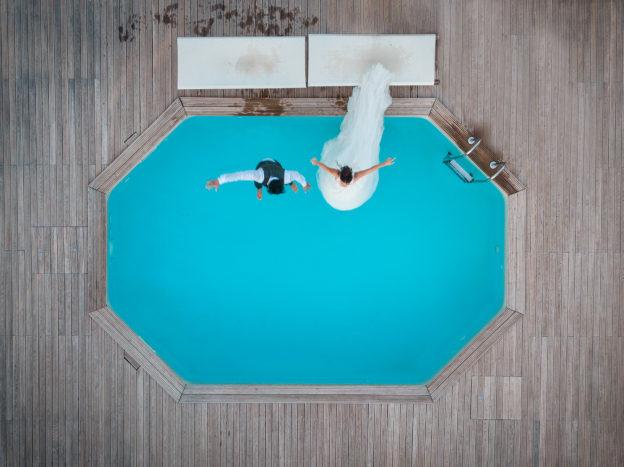 Salto in piscina