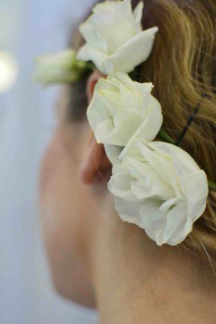 particolare acconciatura fiori