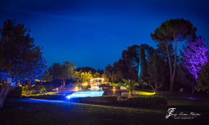 parco e piscina di sera