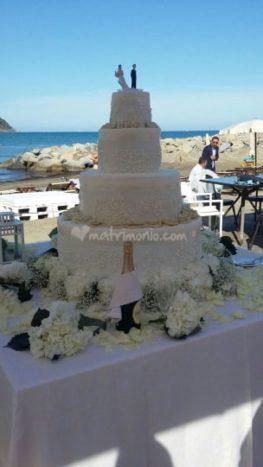 Taglio della torta in spiaggia