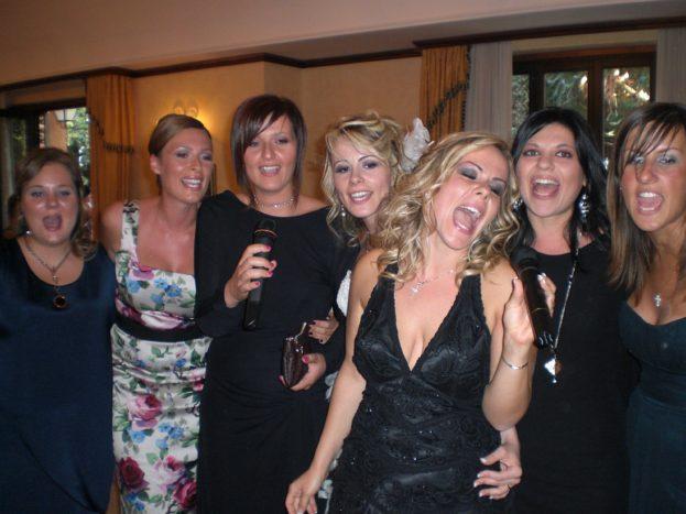 Karaoke sposa ed amiche