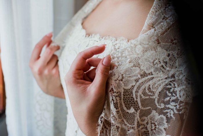 particolare dell'abito da spos