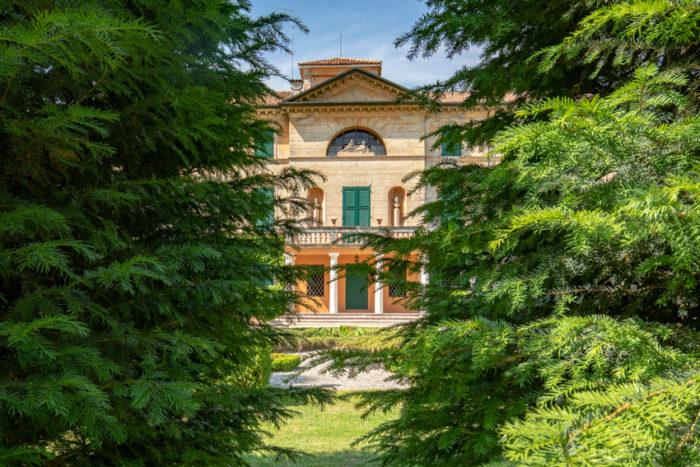 Villa vista dallaghetto