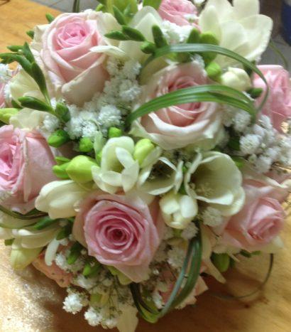 Rose rosa, fresia e lisianthus