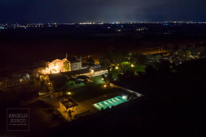 Panoramica notturna della sala