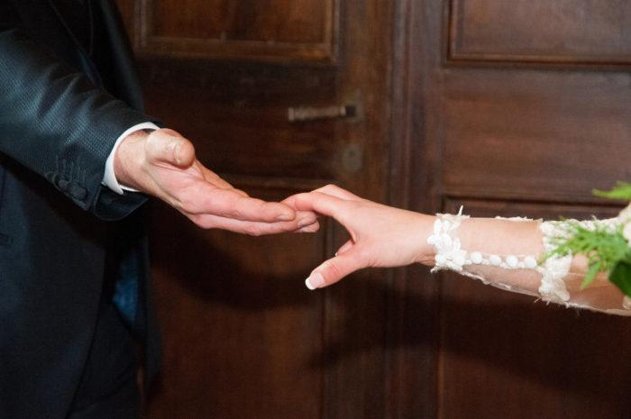 Mani che si incontrano