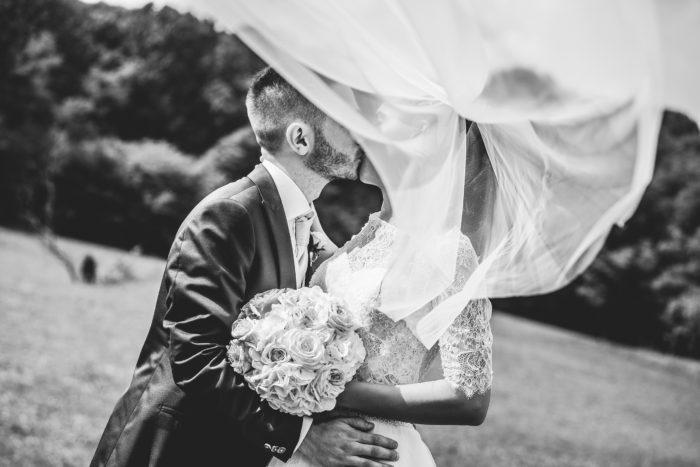 velo e sposi in bianco e nero