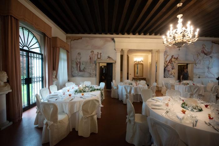 Salone interno con affreschi