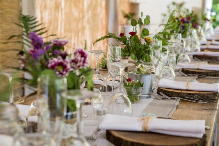 Tavolo con fiori di campo