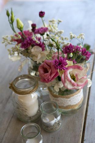 Vaso con fiori campestri