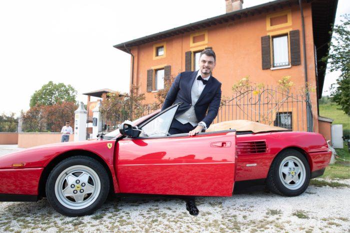 Lo sposo arriva in Ferrari