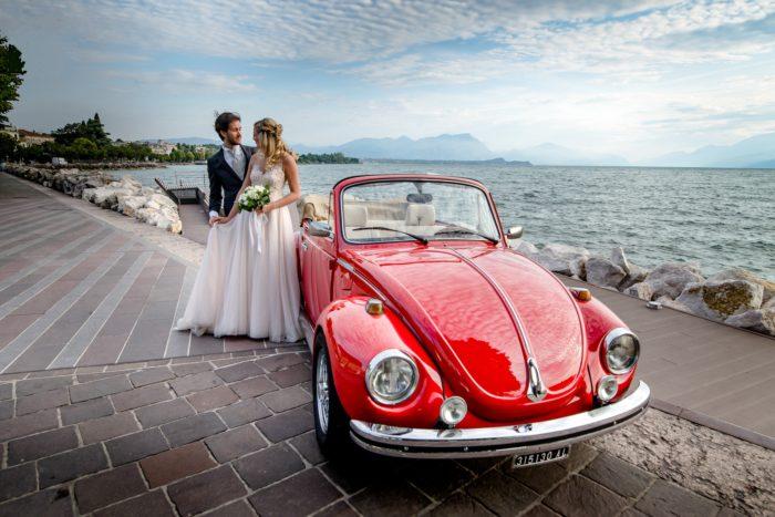 Sposi vista lago in maggiolino