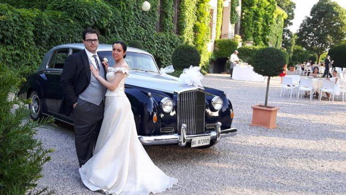 gli sposi con la Bentley