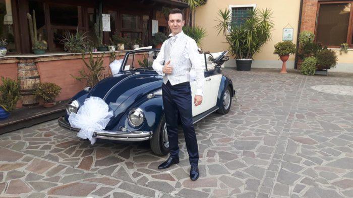 Lo sposo col suo maggiolino
