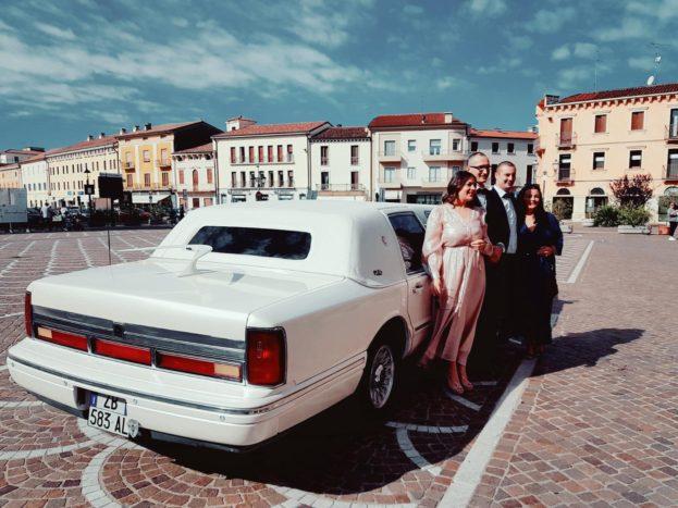 Arrivo in comune in limousine