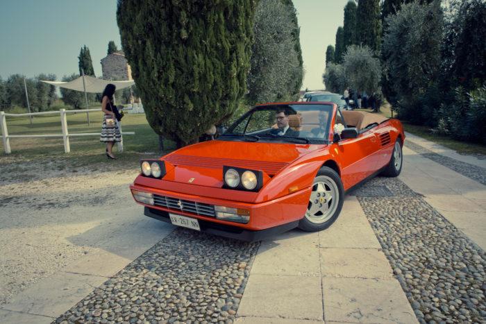 L'arrivo sposo in Ferrari